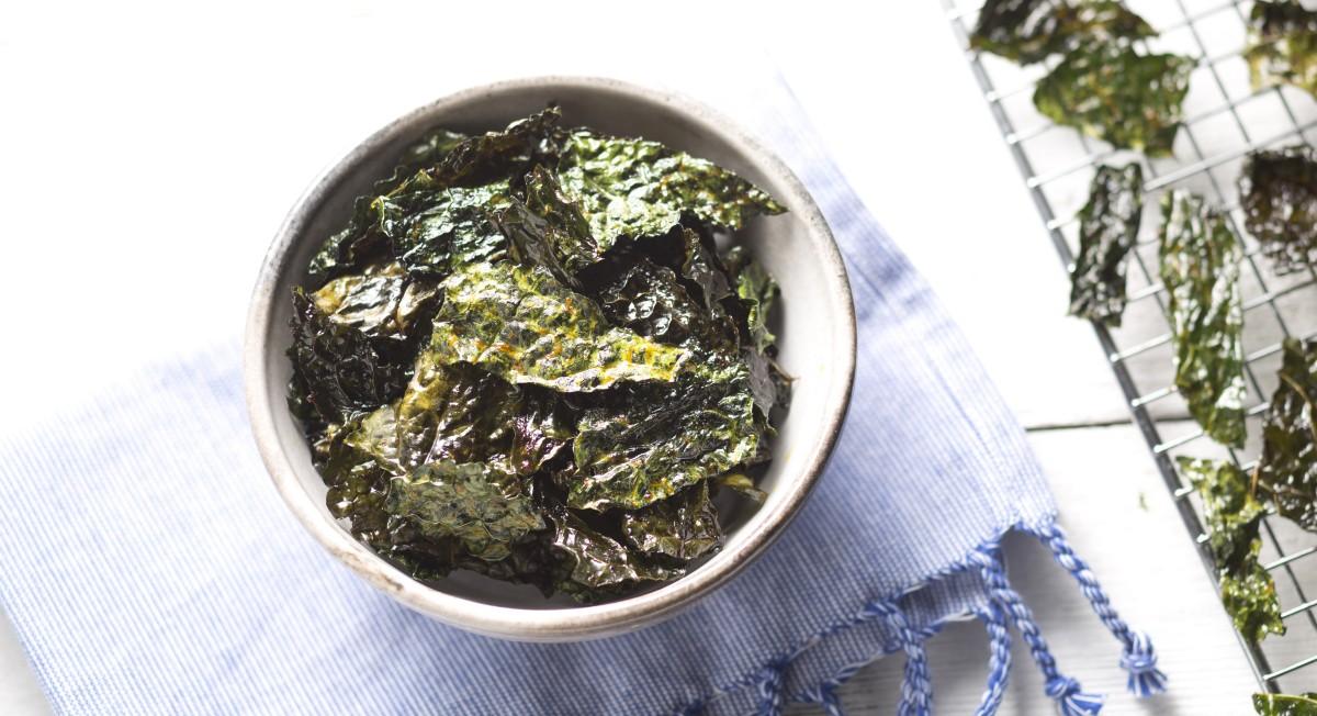 Coconut sriracha kale chips